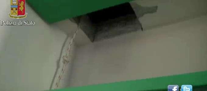 Il soffitto aperto dai vigili del fuoco a Mentana nell'abitazione del Mollica