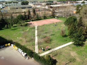 Una parziale panoramica del parco con il campo da basket