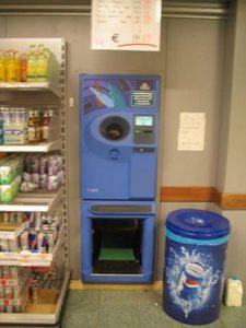 Salvo non molte eccezioni, in Italia il recupero della plastica, a cominciare dalle bottiglie, e delle lattine è tra le percentuali più basse della scala. In Europa il ticket, restituito alla consegna dei vuoti (anche sul vetro), permette di ovviare al deficit