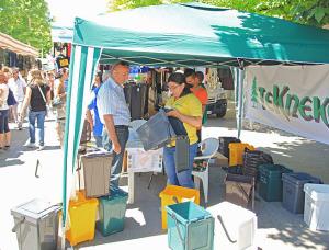 La consegna dei kit per il porta-a-porta da parte della Tekneko ad Avezzano (da marsicalive.it)