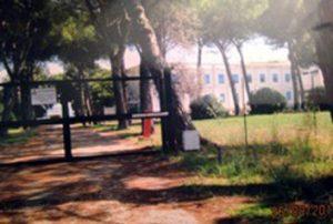 Il cancello con la rete separano la casa di cura dai locali ora occupati dai rifugiati