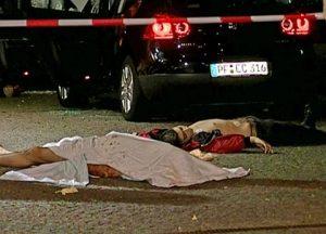 LA STRAGE A DUISBURG LE RADICI A SAN LUCA FRANCESCO Nirta, uno dei vertici della 'ndrangheta di San Luca, venne arrestato il 21 settembre 2013 ad Utrecht, in Olanda. Latitante, era stato condannato all'ergastolo per la strage di Duisburg, avvenuta il 15 agosto 2007. Stando alle risultanze delle indagini, condotte di concerto tra gli inquirenti italiani - la Direzione investigativa antimafia - e tedeschi - l'Lka e la Bka (Landerskriminalamt e Bundeskriminalamt, la polizia criminale) -, tre anni fa si contavano oltre 200 calabresi della sola Locride iscritti nel registro degli stranieri in Germania, con 59 attività imprenditoriali riconducibili a soli otto cognomi. Oltretutto, un consistente numero di 'ndranghetisti non risiedeva solo a Duisburg ma anche ad Erfurt, Monaco, Lipsia, Neukirchen-Vluyn, Essen, nel Saarland, a Dresda e a Bochum. Altra risultanza, molte delle persone che lavoravano come camerieri nei ristoranti, si sono rivelate dopo poco tempo finanziariamente in grado di aprire un proprio locale. Tutte provenienti da San Luca (dove fu inoltre organizzato e consumato il rapimento del nipote del petroliere americano Paul Getty, anni '70). Il lavoro degli investigatori tedeschi ha rilevato altre basi logistiche minori delle cosche, oltre che nei citati centri, anche a Gemering, Eisenach, Weimar e Volklingen Bous.