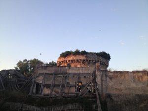 """Lo stato del Sepolcro e la recinzione costruita dall'Ardis dodici anni fa """"per proteggere il monumento dalle piene dell'Aniene"""""""