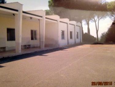 La palestra e, sotto, la chiesa, utilizzate per mensa, dormitorio e soggiorno per gli immigrati