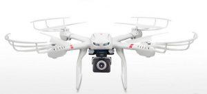 Un drone IN ARGENTINA, grazie a una squadra di droni al servizio dell'Agenzia delle entrate, sono state individuate case, ville e capannoni abusivi. Per un totale di 120mila evasori fiscali, 14mln di mq di immobili-fantasma, ovvero non censiti, che tradotti in denaro fanno circa 2 mln di dollari (1,58 mln di euro) sottratti al fisco.  Il sistema di droni si chiama Mesi, è stato ideato dalla Commissione nazionale delle attività spaziali (Conae) e realizzato con tecnologie svizzere. Il drone è dotato di un software di pianificazione del volo e di controllo intuitivo, che consente di coordinarsi con uno stormo di Apr e di operare fino a 2 mila metri di altezza perlustrando la zona con una precisione e una velocità formidabili (con un volo di circa mezz'ora si possono esaminare circa cinquanta ettari). A completare il quadro, c'è un programma di fotogrammetria chiamato Pix4D, in grado di trasformare le immagini aeree in mappe georeferenziate in 2D o 3D. Tutto questo per la cifra di 40 mila dollari (38 mila euro), che il governo argentino conta di recuperare dal pagamento delle multe.