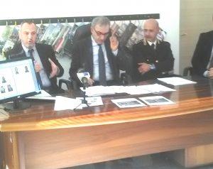 """Da sinistra, il sostituto Gabriele Iuzzolino, il capo della Procura Francesco Menditto, il nuovo commissario di Tivoli, Orlando Parrella, illustrano l'""""operazione Piramide"""" in conferenza stampa"""